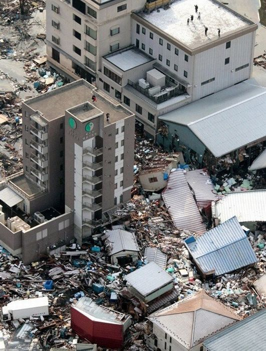 Последствия землетрясения в Японии (238 фото, разбито на две страницы)