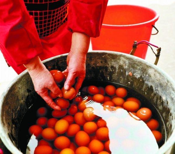 Яйца, сваренные в моче (4 фото)