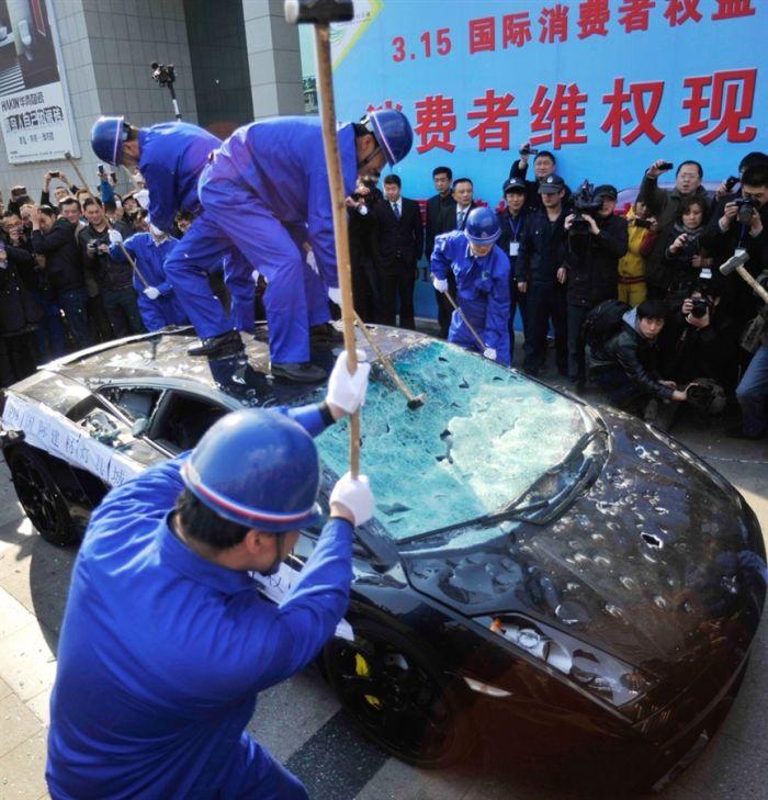 Протест против Lamborghini (3 фото)