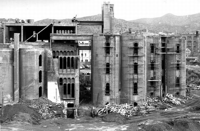 Дом в цементном заводе (13 фото)