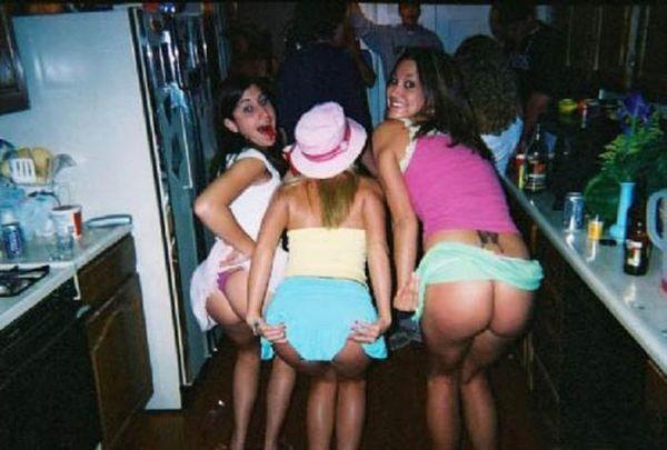 Девушки показывают попу (56 фото)