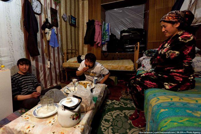 Нелегальное общежитие гастарбайтеров на окраине Москвы (19 фото)