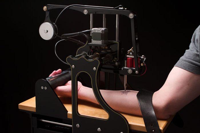 Машина, которая умеет делать татуировки (4 фото + видео)