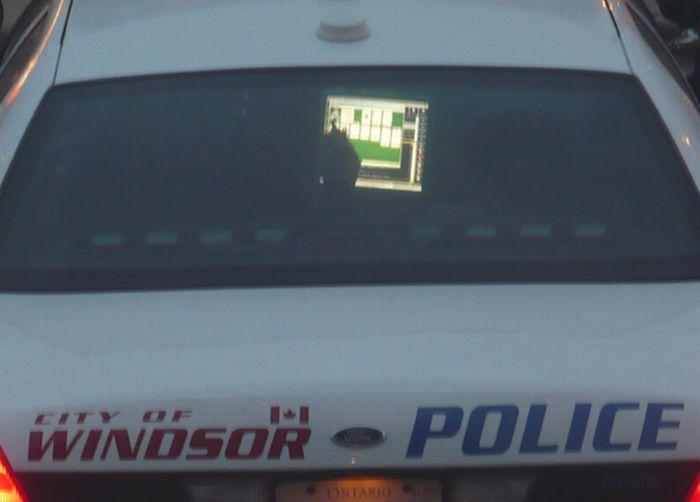 Подборка полицейских, играющих в солитер во время работы (9 фото)