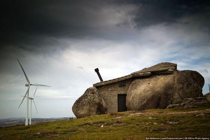 Сказочный дом внутри камня (21 фото)