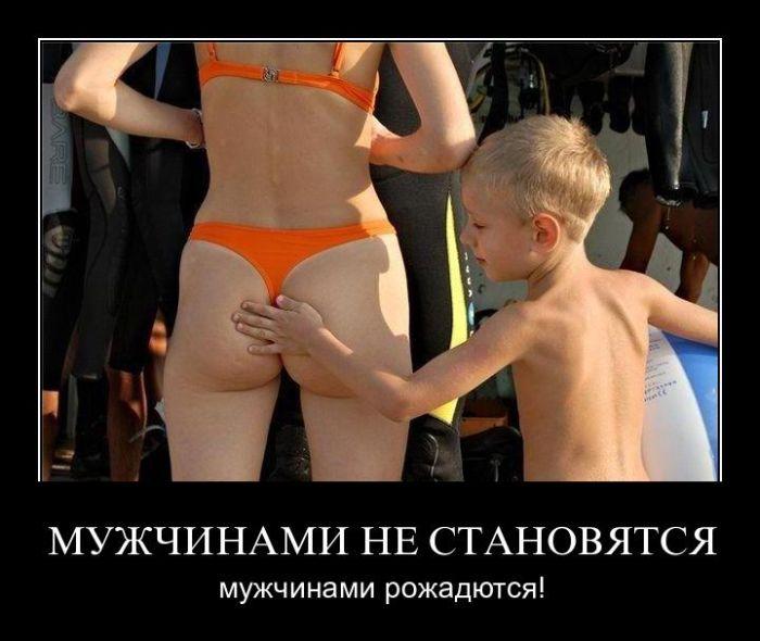 мальчик трогает голою девочку