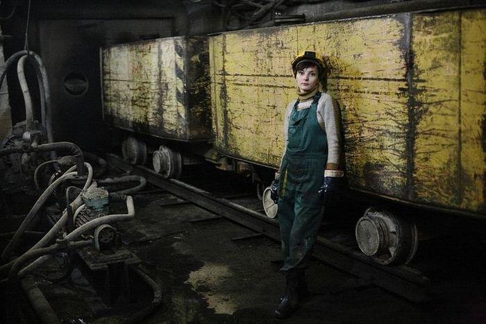 Девушка на тяжелой работе (14 фото)