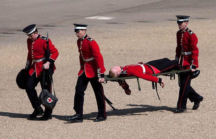 Обмороки во время официальных церемоний (16 фото)