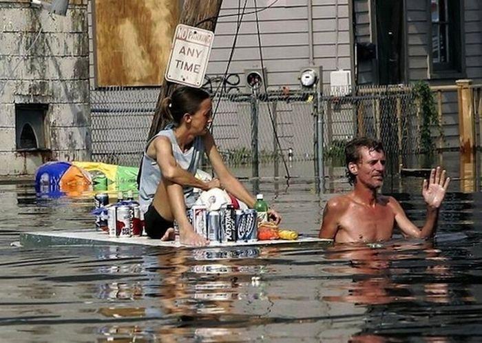 Люди, напивающиеся во время наводнения (30 фото)