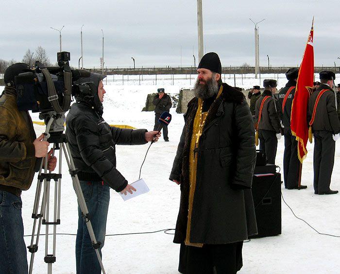 священники знакомятся с оружием