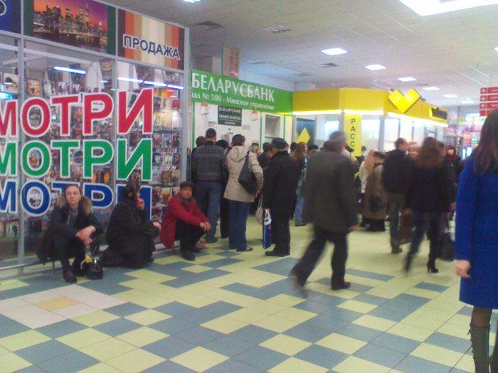 Пустые прилавки Белоруссии и давка за валюту (29 фото)