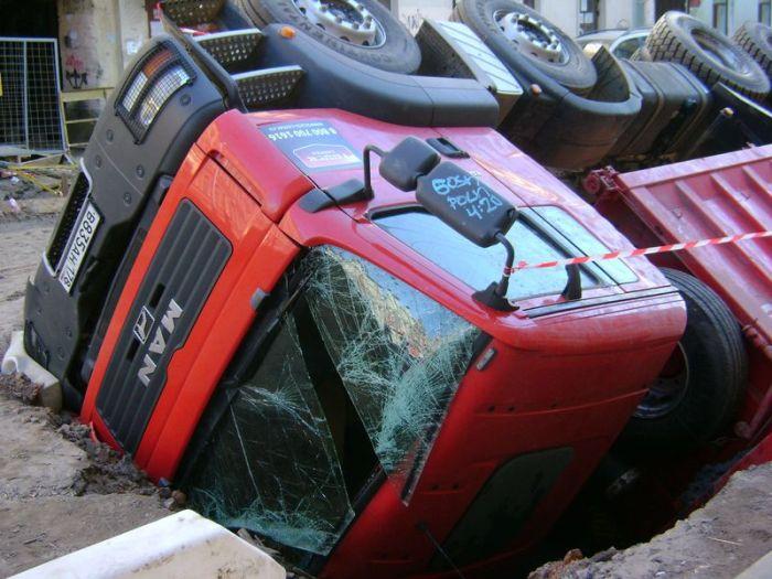 Водитель грузовика не заметил яму (5 фото)