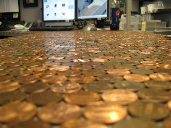 Стол в одноцентовых монетах (17 фото)