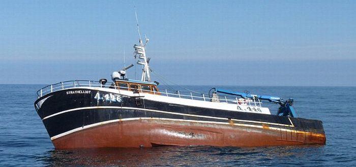 Рыбацкая лодка затонула (4 фото)