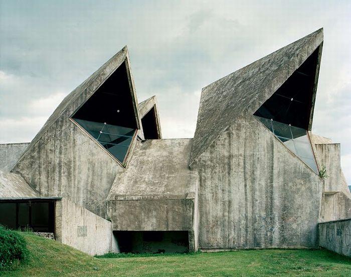 Заброшенные памятники бывшей Югославии (26 фото)