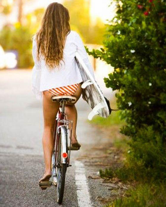 Красивые девушки на велосипедах (110 фото)