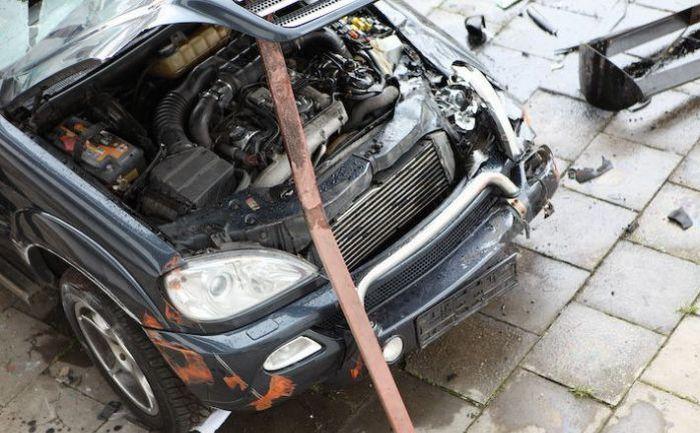 Внедорожник Мерседес упал с многоэтажного паркинга (14 фото)