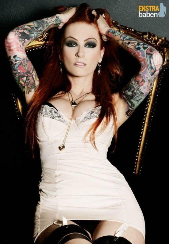 Красивые девушки с маленькими татуировками