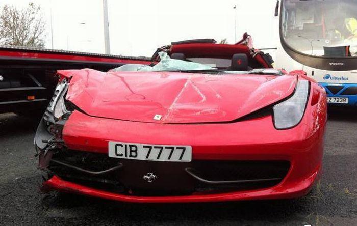 Авария с участием Ferrari (8 фото)