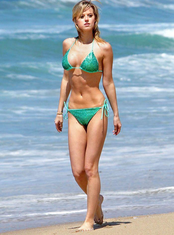 На пляже в прозрачном бикини фото 590-220
