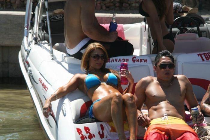 Топлесс девушки на озере Хавасу (100 фото)