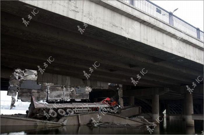 Грузовик рухнул с моста (11 фото)