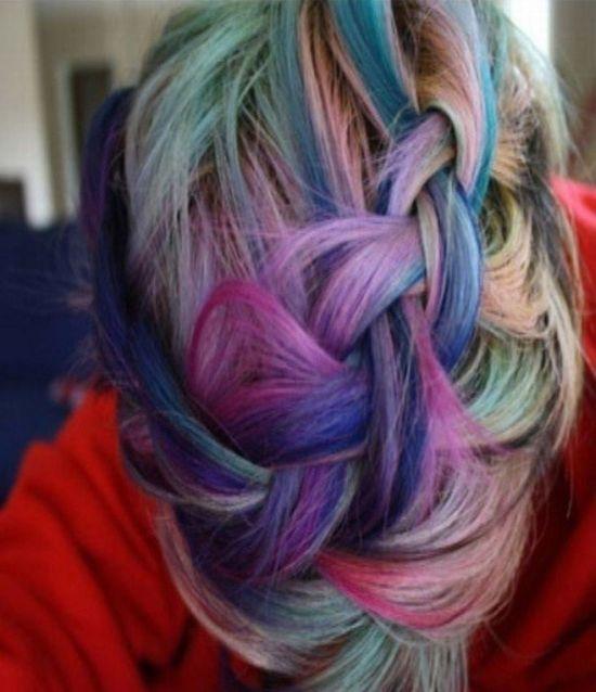 Девушка покрасила волосы (2 фото)