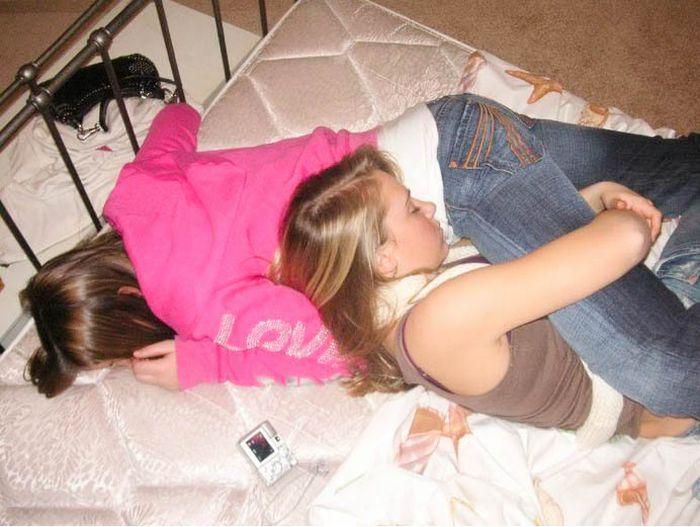 спят девчонки пьяные это