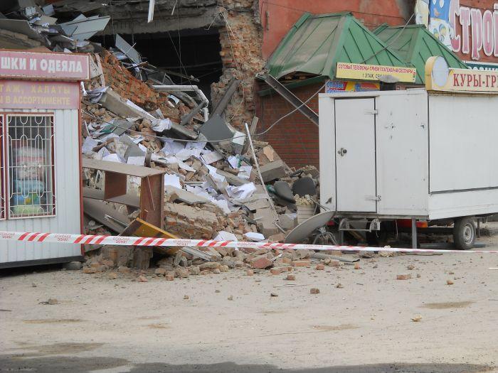 Обвал стены торгового центра в Кургане (7 фото)