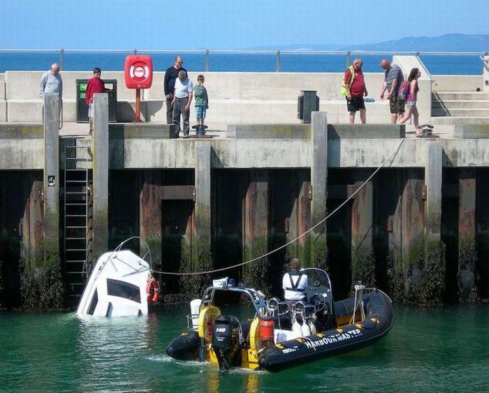 Как лодку назовешь, так она и поплывет (3 фото)