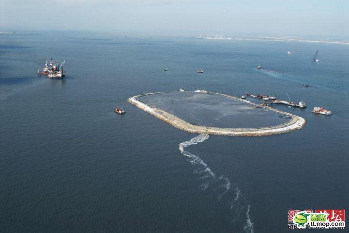 Строительство промзоны среди воды (10 фото)