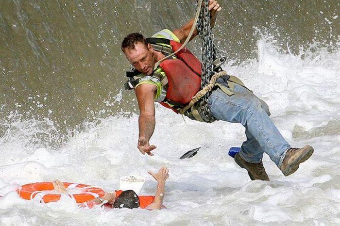 Строитель спас утопающую девушку (6 фото)