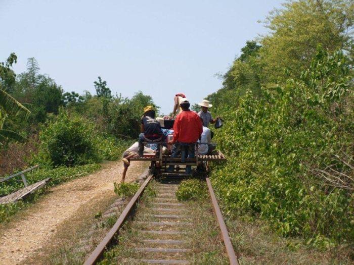 Бамбуковый поезд из Камбоджи (16 фото)