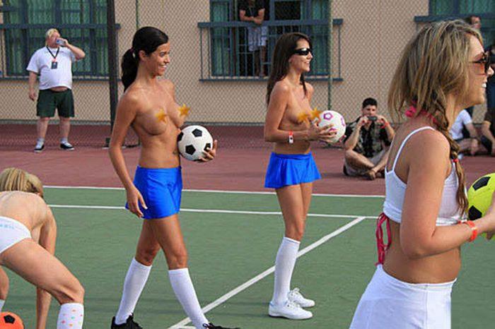 Девушки играют в мяч (33 фото) НЮ