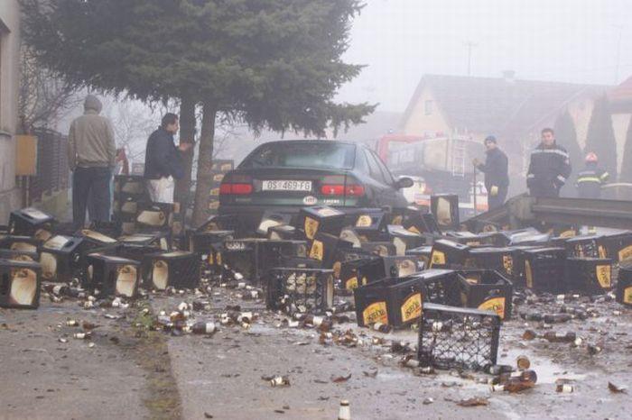 Грузовик с пивом попал в аварию (11 фото)