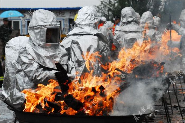 Полиция Китая и наркотики (8 фото)