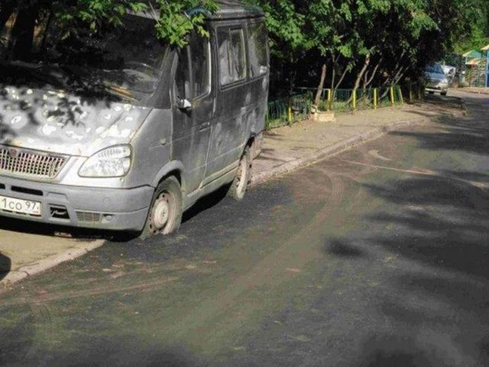 Припарковался на тротуаре (4 фото)