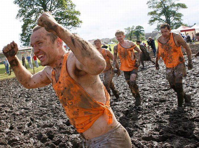 Чемпионат Мира по грязному футболу в Эдинбурге (30 фото)