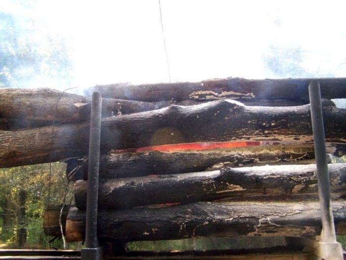 Грузовик сгорел дотла (6 фото)