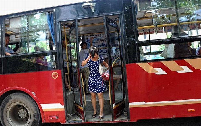Водитель не заметил пассажирку (3 фото)