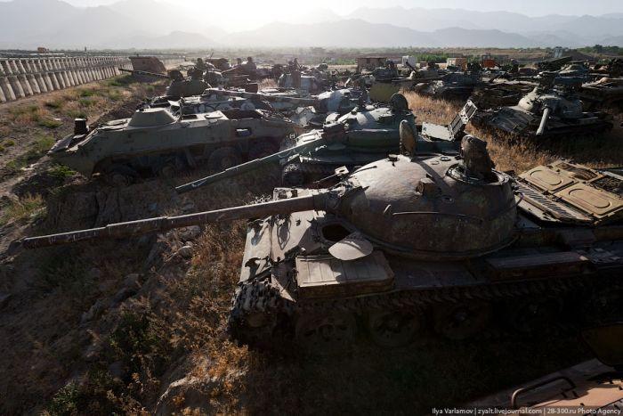 Кладбище армейской техники (26 фото)