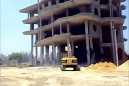 Неудачный снос здания в Египте (видео)