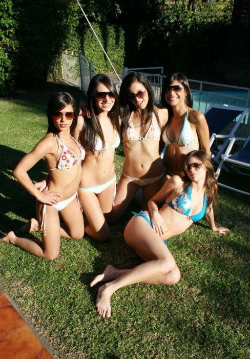 Девушки у бассейна (54 фото)
