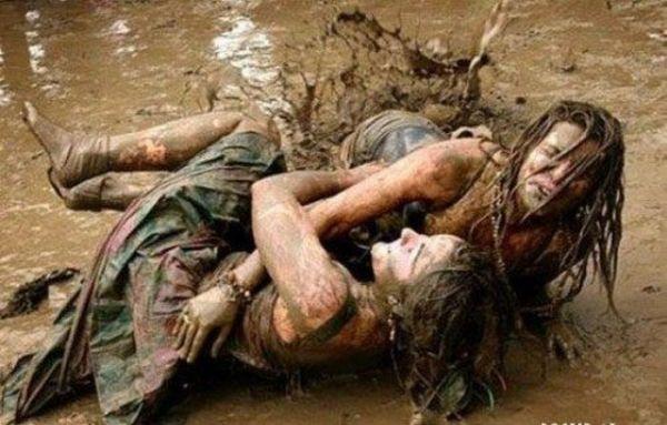 Девушки борются в грязи (39 фото)