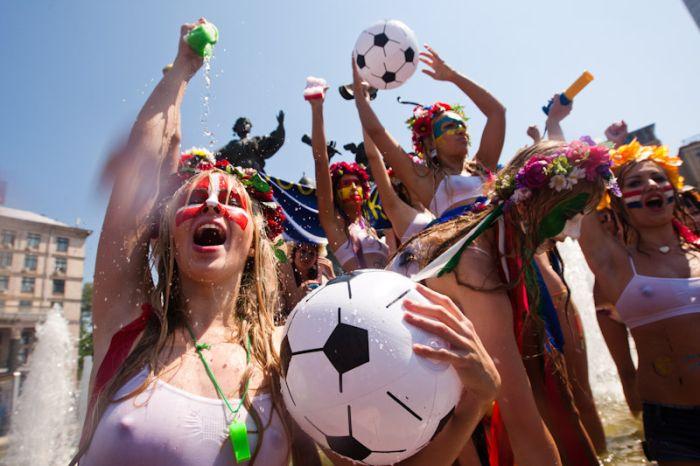 Девушки FEMEN устроили купание в фонтане (30 фото + видео)