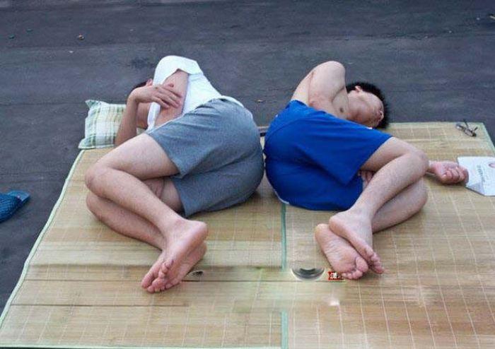 Китайским студентам жарко (15 фото)