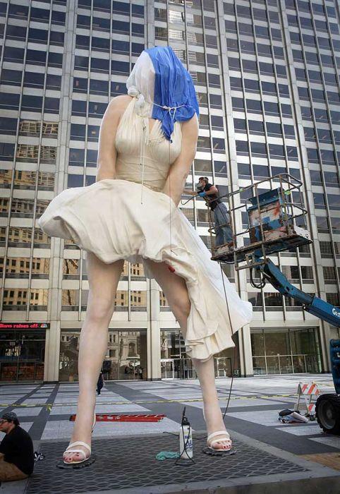 Огромный памятник Мэрилин Монро (11 фото)