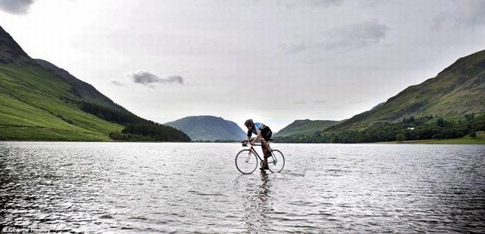 Парень проехал по воде на велосипеде (2 фото)