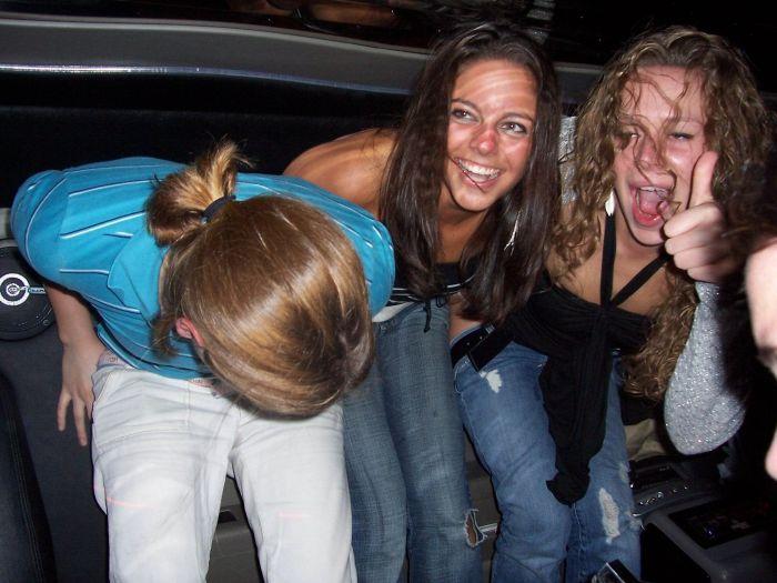 Девушки показывают попу (57 фото)