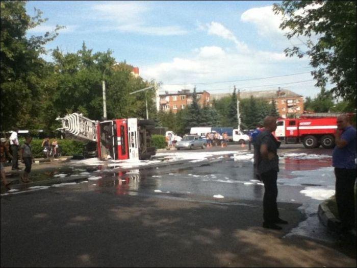 Пожарная  машина против УАЗика (3 фото)